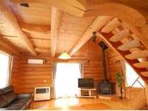 広々リビングにソファーも設置。木のぬくもりを感じながらゆったりくつろげます。【No.818】