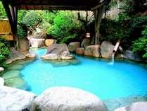女性用露天風呂。山の緑を感じながら、のんびり寛いでください