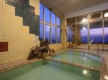 夕暮れ時には幻想的な眺め…北信五岳を展望する源泉かけ流し100% 展望温泉
