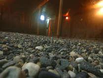 嵐の湯☆玉砂利状の十数種類の天然鉱石(薬石)が敷きつめられた嵐の湯☆男女共用