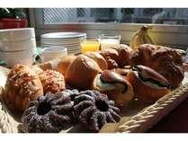 日替わり朝食パン一例です。手づくり焼きドーナツも好評です♪