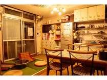 食事したり琉球畳に寝転がって読書したりとリラックススペースとしてご利用できます。
