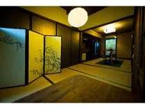 坪庭の見える1階和室。ぜひここでお抹茶をお召し上がり下さい。