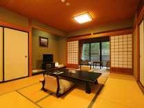 山手側スタンダード和室のお部屋です。広縁にはテーブルとイスがございます。