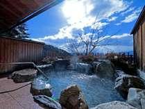 当館自慢の貸切露天風呂です。昼は北アルプスの雄大な風景を。夜は宝石を散りばめたような松本平の夜景を。