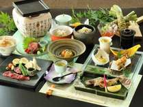 夏のお料理(一例)と、桜肉の陶板焼き。