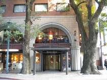【外観】レトロ感漂うアーチ型のレンガ色の建物がホテルオークスです。