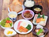 【朝食】和洋混合メニューです!パンとご飯・味噌汁とスープはおかわり自由にお召し上がりいただけます。
