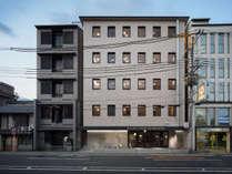 【ホテル外観】地下鉄丸太町駅/バス停烏丸丸太町より徒歩2分。オフィスビルをリノベーションしたホテル
