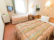ツインルーム♪インターネット接続無料/選べる枕2種・ミニバイキング形式の和洋軽朝食はサービスです!