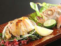 【選べる海鮮B:海鮮焼き物】鮑バターと季節のお魚では、アワビの風味と食感をお楽しみください。