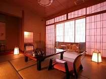 【客室】落ち着いた純和風の客室(一例)客室や館内の生け花が、心和む空間