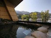 【露天風呂】展望大浴場と内湯続きの露天風呂。ツルツルの泉質はクチコミでも好評