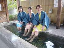 【色浴衣】でそぞろ歩き♪当館徒歩1分の足湯で女子トーク♪