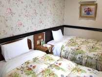 ◆デラックスツイン…広々27.5㎡。ベッドはセミダブル+シングル。wi-fi接続無料