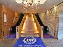 1階エントランスをくぐり、エスカレーターで上るとホテルフロントがある