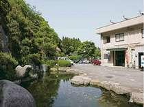 玄関前の庭では鯉さんたちがお待ちしております。駐車場も広いですよ!