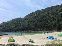 波が穏やかな入江の鍋田浜は、小さなお子様の海水浴にもおすすめです。
