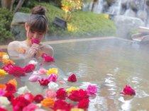 ・女性露天風呂には約200輪のバラが浮かびます「バラ妃の湯」15時~21時