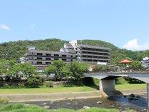 当館前の三朝川とかじか橋