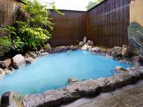 ブルーに変化する貸切露天風呂。当館自慢の温泉はメタケイ酸が723mgと別府でも上位の含有量を誇ります。