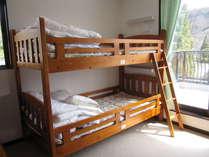 ドミトリーのベッドです。枕元にライトとコンセントが1口あります。シーツを敷いてお休みなさ~い。