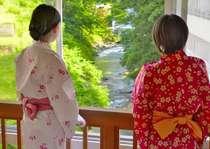 入浴後のひと時♪全国でも数少ない旅館内に橋がある「名物」かじか橋より望む佐梨川の滝。