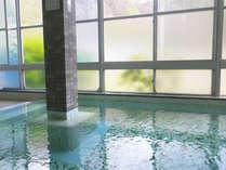 *【大浴場】掃除時以外は24時間入浴が可能な、かけ流しの天然温泉。