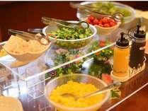 【無料バイキング朝食】ご利用時間⇒06:30~09:00 30種類以上のメニューが並びます。