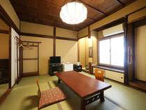【和室バストイレ付(少人数用客室例)】今となっては目にする機会も少なくなった珍しい天井のお部屋も!