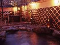 風情ある男性用露天風呂夜は24:00まで朝は5:30から利用できます。屋根があるので雨天時も安心。