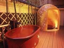 風情ある女性露天風呂。一人用かまくら風呂、かめ湯に岩風呂が楽しめる。夜は24:00まで朝は5:30より
