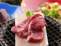 天然岩塩を使った岩塩ステーキは、大人気の一品。あふれ出る肉汁と岩塩の甘みある塩のコラボは絶妙です。