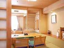 【本館一般和室】部屋の木目に特殊な加工を施し、自然な明るさで清潔感を感じさせます。