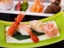 ぼたん海老と炙り帆立のにぎり寿司。プリップリの食感をお楽しみ下さい。
