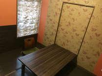 【楽(和室3畳)】机は可動式です。ごゆっくりおくつろぎください。♪
