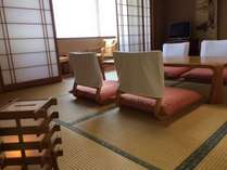 落ち着きのある広々和室で足をのばしておくつろぎ下さい。