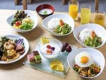 人気の朝食は洋食・沖縄料理の他に本場タイ料理も。グリーンカレーや流行りのパクチー料理も♪