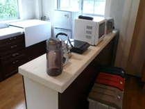 流し台・冷蔵庫・電子レンジ・電子調理器・炊飯器・トースターの設備や調理器具・食器類