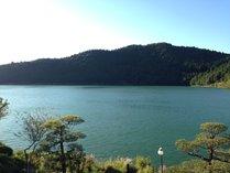 """◎当館からの景色◎""""おしどり池""""を一望!静かな湖畔で癒しの時間。"""