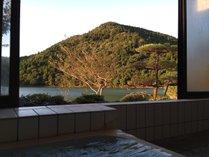 大きなお風呂ではありませんが、湖を眺めながら湯船に浸かれるのが当館の魅力♪