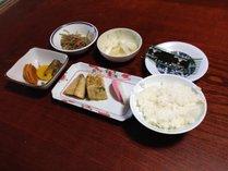 朝食は手作りのほっこり和定食をご用意します。