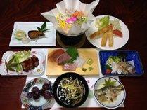 <夕食一例>小浜町に接する橘湾で獲れた新鮮な魚の活き造りを中心とした家庭的なお料理。