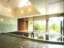 【大浴場一例】前面のガラス窓から湯けむり越しに四季折々の眺望が楽しめます。