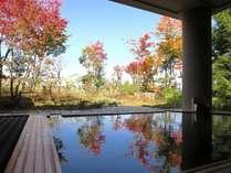 【ふるさとの湯(露天)】紅葉を眺める秋の露天風呂。
