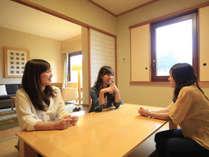 【ファミリールーム(和洋室)】6畳の和室付きなので、お部屋でプチ女子会も可能です。