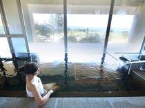 【美しの湯】高原の景色を眺めながらゆっくりと温泉をお楽しみください。