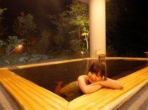 【ふるさとの湯(露天)】新潟の食と地酒を楽しんだ後は、露天風呂でゆっくりと。