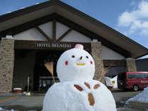 【エントランス(冬)】冬は雪だるま君がお客様をお出迎え♪