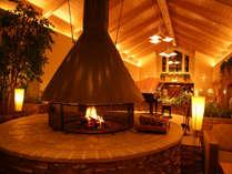 【本館ロビー(冬)】暖炉の日に癒されるのも雪国ならでは。